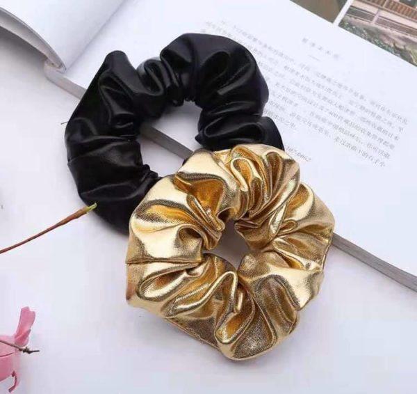 Scrunchie leather look zwart en gold